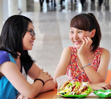 Ăn cơm tại căng tin khi du học
